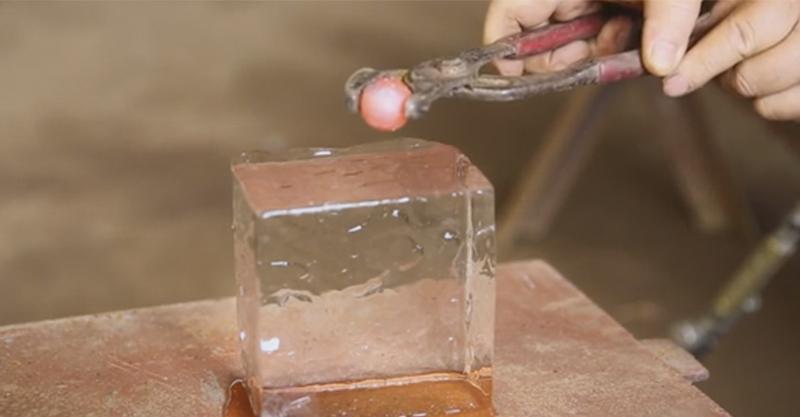 他將燒到1600度的小鐵球放到了冰塊上 一丟下去後看到「超爽效果」心情都好轉了!