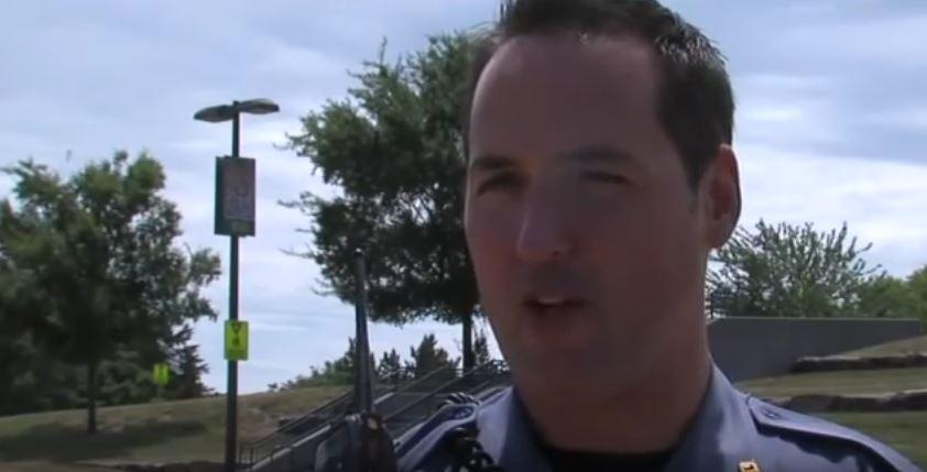 女孩每天都跟警察開心揮手 這天卻「不見人影」...他憑直覺進屋內嚇傻!