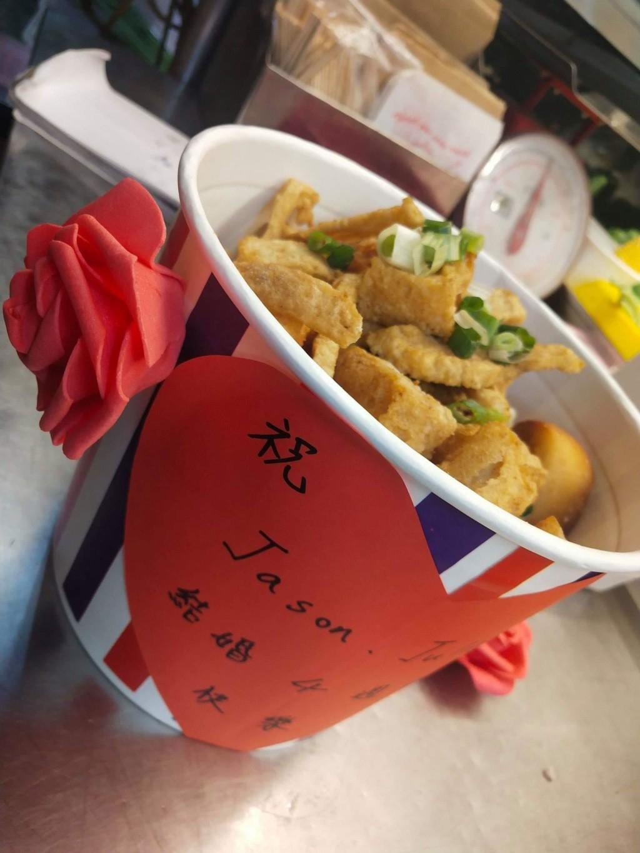 最平凡的幸福!他結婚4周年給老婆「真的不愁吃」 串通鹹酥雞老闆愛的套餐...網友:嫁對了