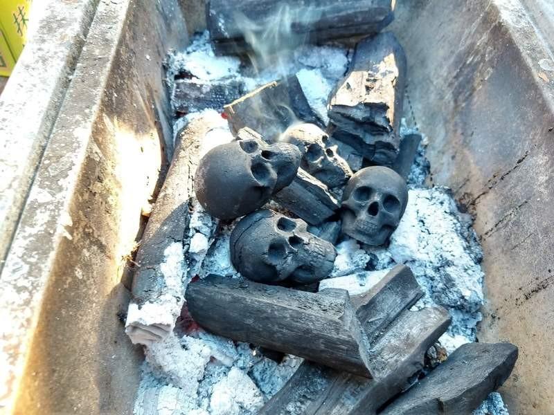BBQ烤完火盆驚見「嬰兒頭」 日本藝術家「公然燒炭」民眾差點報警:以為燒真的...
