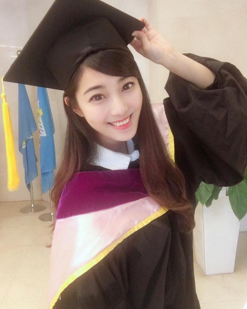 台灣「最正大學女老師」紅到國外!小黑裙下「雪白長腿」老外嘆:台灣人太幸福