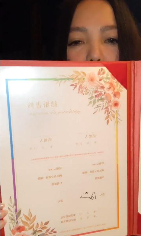 張惠妹無預警開直播「親手簽結婚書約」!送上祝福讓網爆淚...她:充滿幸福