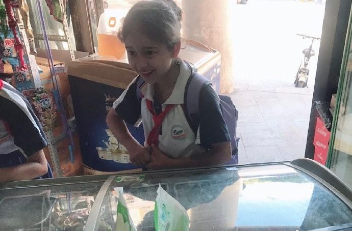 最美國小生「濃眉大眼+高挺鼻樑」瘋傳 她「露出甜美笑容」網驚艷:小迪麗熱巴!