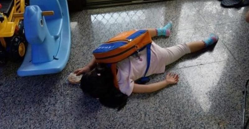開學才第一天!女兒一踏進家門「累癱倒地」登出 老爸「目擊現場」哭笑不得