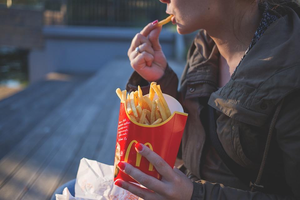 他發文「麥當勞CP值不高吃不飽」引熱議 神人曝光「100元吃到吐」的點餐法被讚爆!