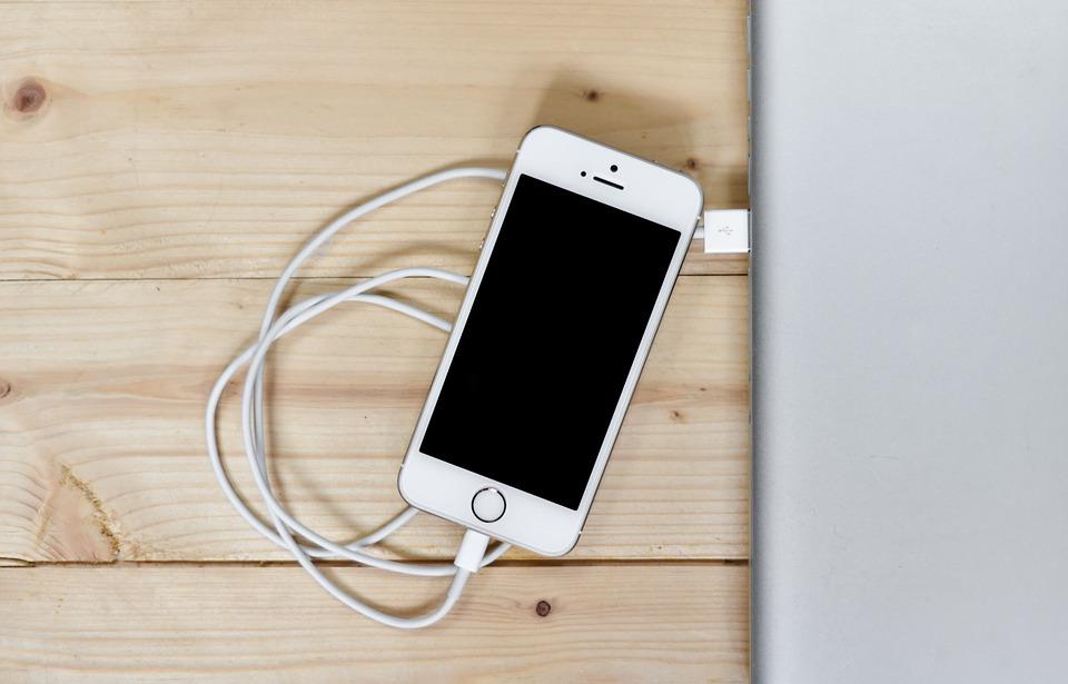 充電也會被盜個資?駭客「自製芯片」灌惡意程式 一連上手機…他就能遠端控制你!