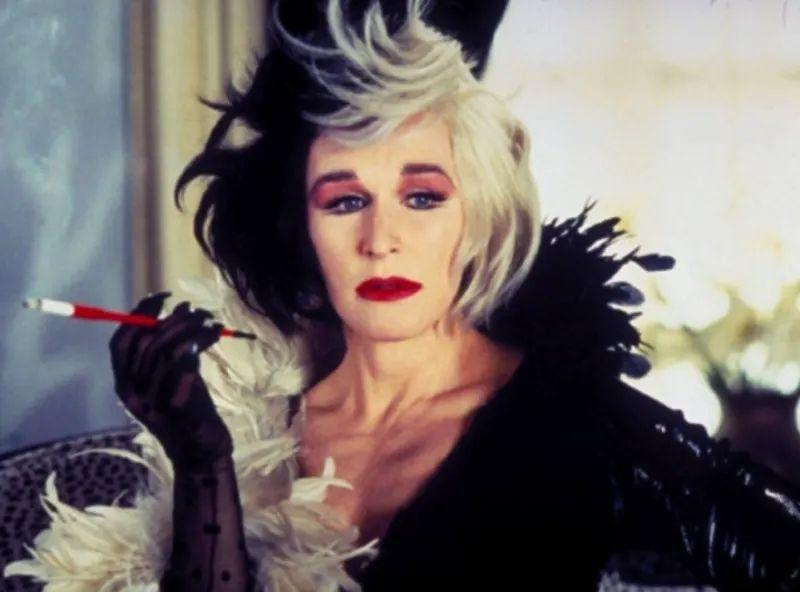 艾瑪史東版《庫伊拉》曝光!「超濃煙燻妝+皮衣」變搖滾女魔頭 粉絲崩潰:有點差太多…