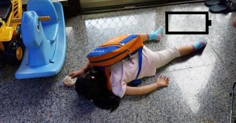 女兒放學回家「書包還背著」...直接沒電 爸笑翻:開學第一天而已